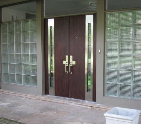 Foto pintu utama rumah minimalis