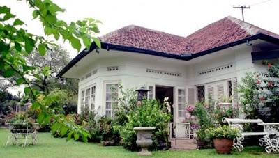 model rumah kampung berwarna putih